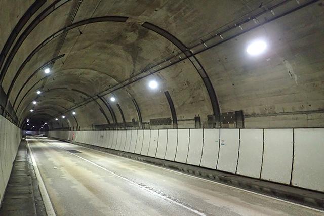 志津トンネル照明設備工事